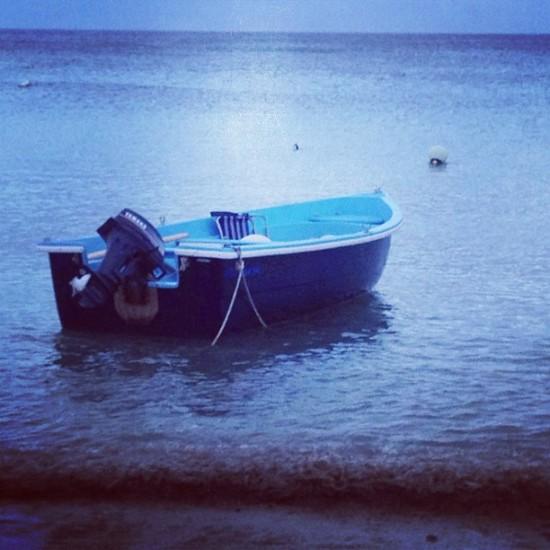 Barca azul en el Cabo de Gata